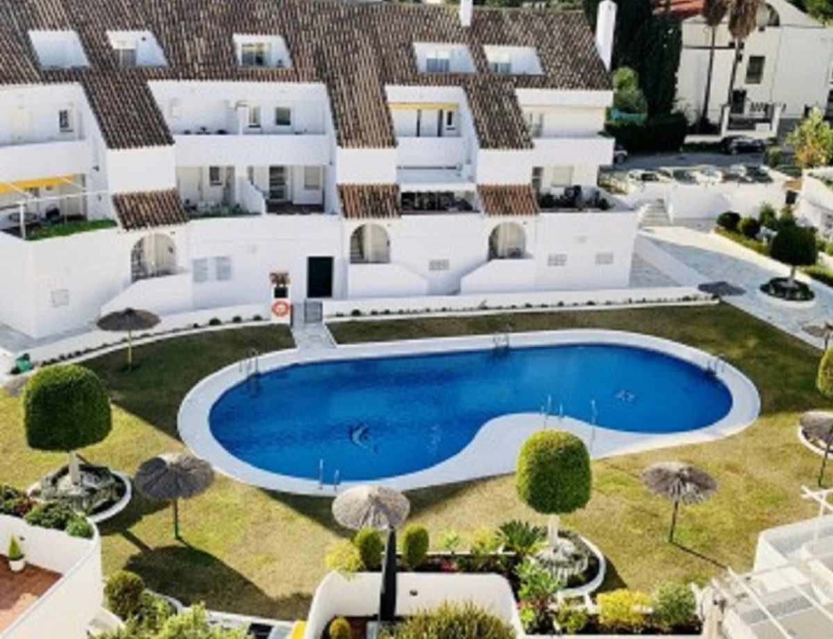Magnificent middle floor apartment in Nueva Andalucia.  A very spacious and bright property south or, Spain