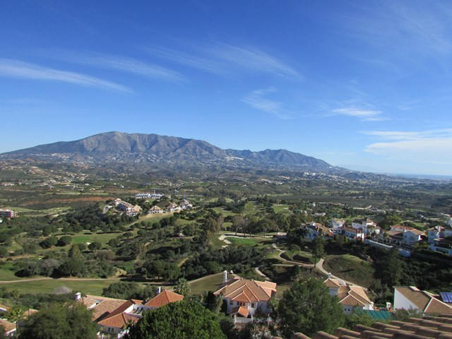 Spacious and private penthouse ready to move in. Wonderful views to the golf courses, the mountains , Spain