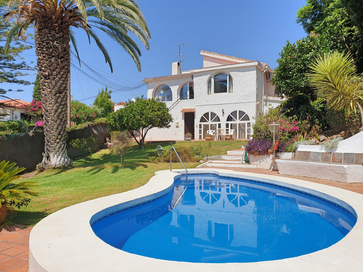 Fantastic bargain villa reduced to sell! Beautiful villa with a separate apartment in an exclusive u, Spain