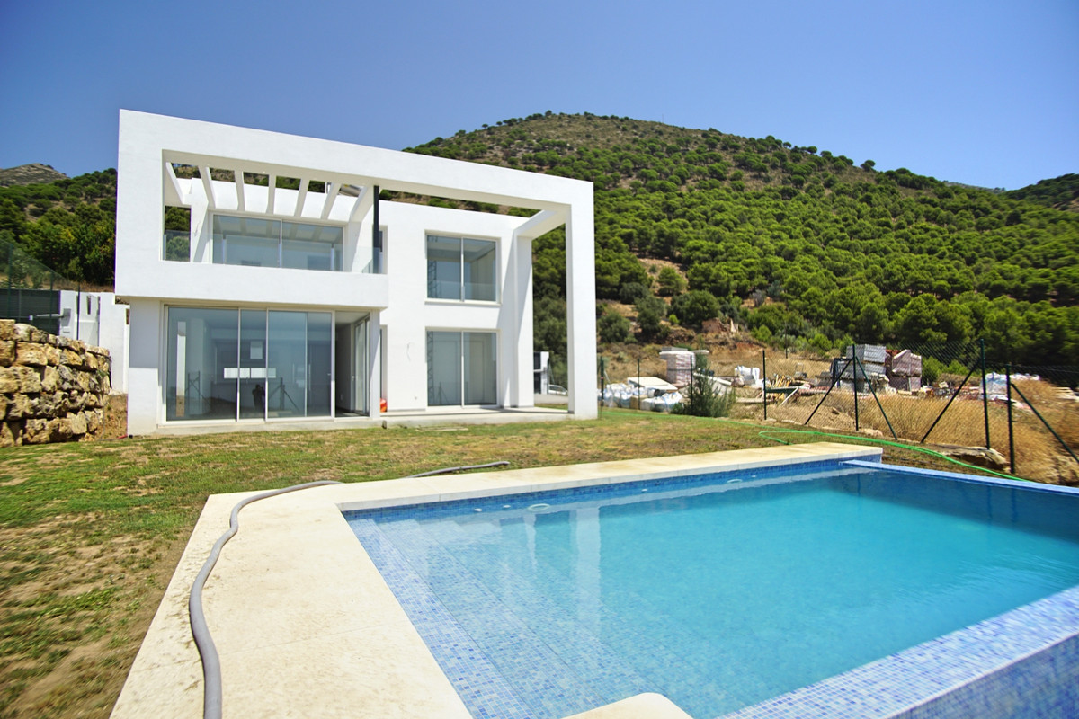 SEA VIEW MODERN VILLA- READY NOW-  Exceptional value modern villa in the sought after Urbanisation B, Spain
