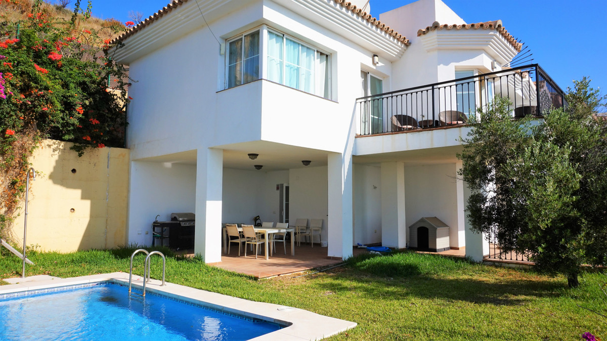 MODERN 3 BEDROOM SEMI DETACHED HOUSE WITH PRIVATE POOL AND PANORAMIC SEA VIEWS!  This 2 level modern, Spain