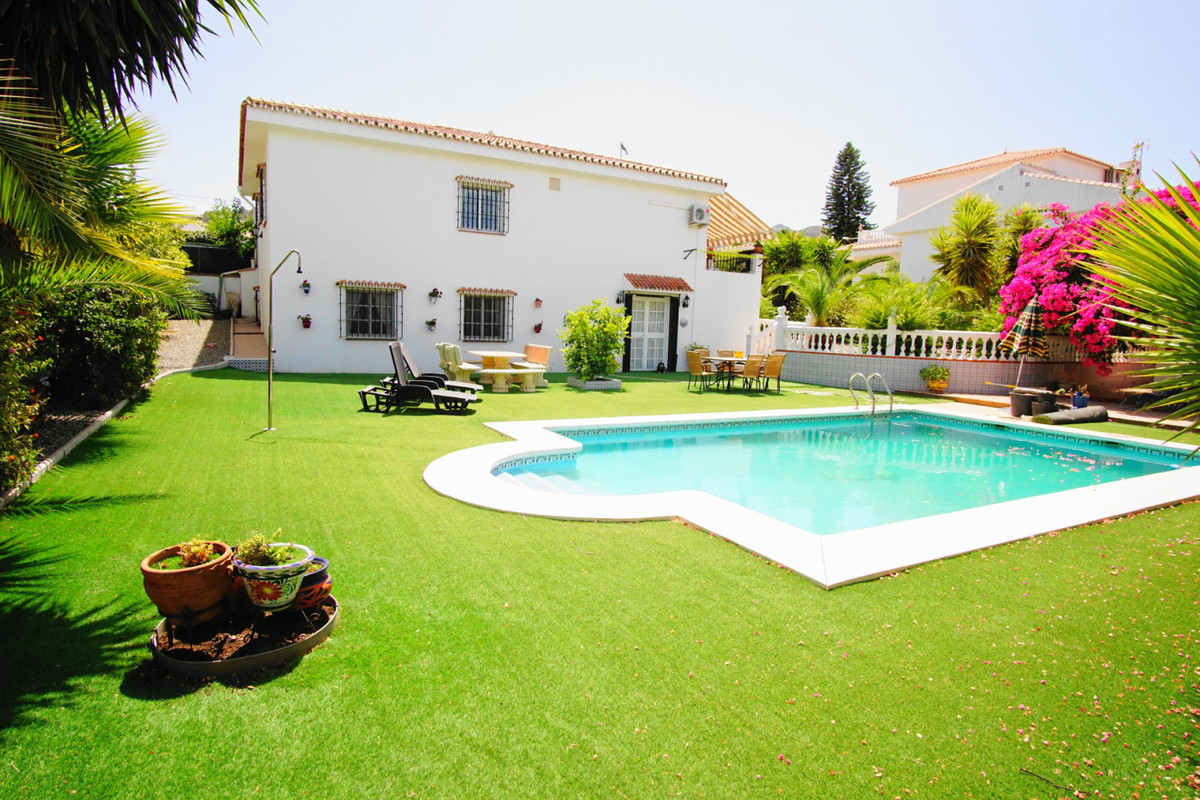 FANTASTIC VALUE PRIME LOCATION  6 BEDROOM VILLA  IDEAL AS A BED AND BREAKFAST OR AS A HOME FOR 2 FAM, Spain