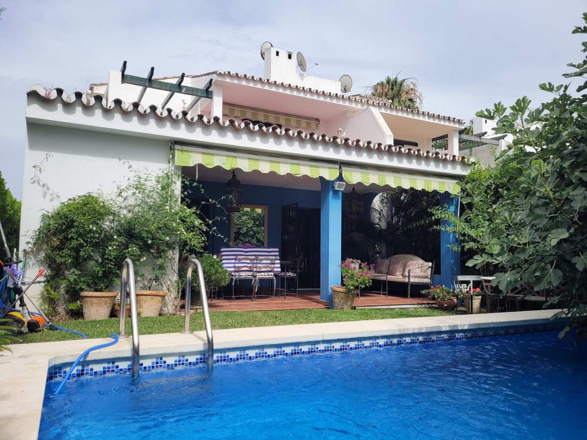 Stunning corner townhouse with private pool in San Pedeo beachside. The property is set in a gated c,Spain