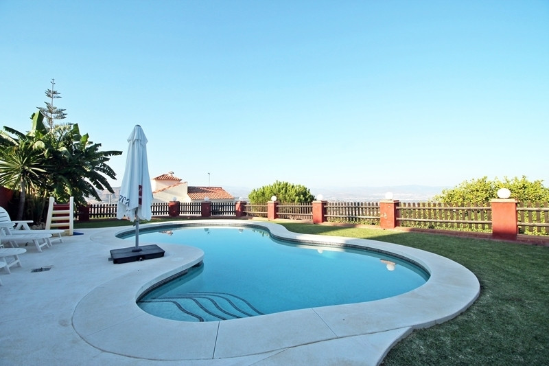 Beautiful villa with wooden house of great quality and fabulous views to the sea and mountain, locat, Spain