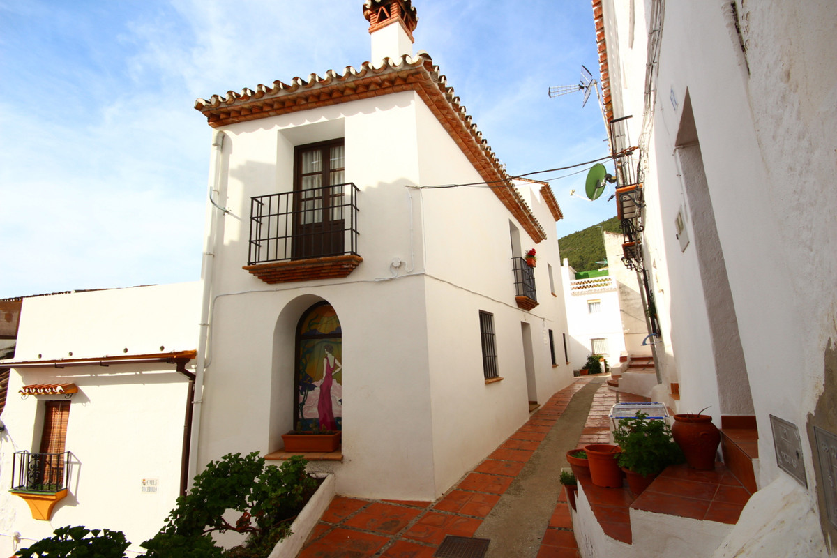 REDUCED 20,000€  A charming and unique town house offered to the market in the picturesque town of O, Spain