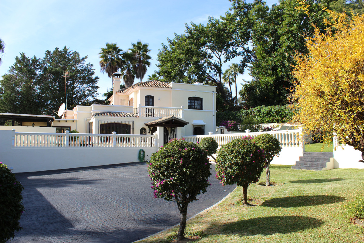 Immaculately presented villa for sale in the sought after urbanization of El Pilar, Estepona. This b,Spain