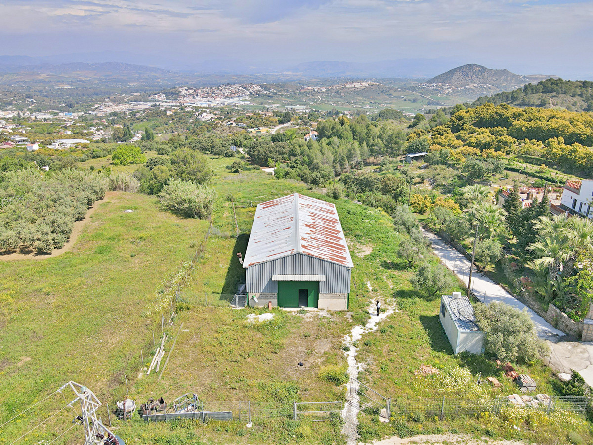 200 m2 industrial warehouse on a 12,000 m2 plot and a 400 m2 urban plot in a highly sought-after urb,Spain