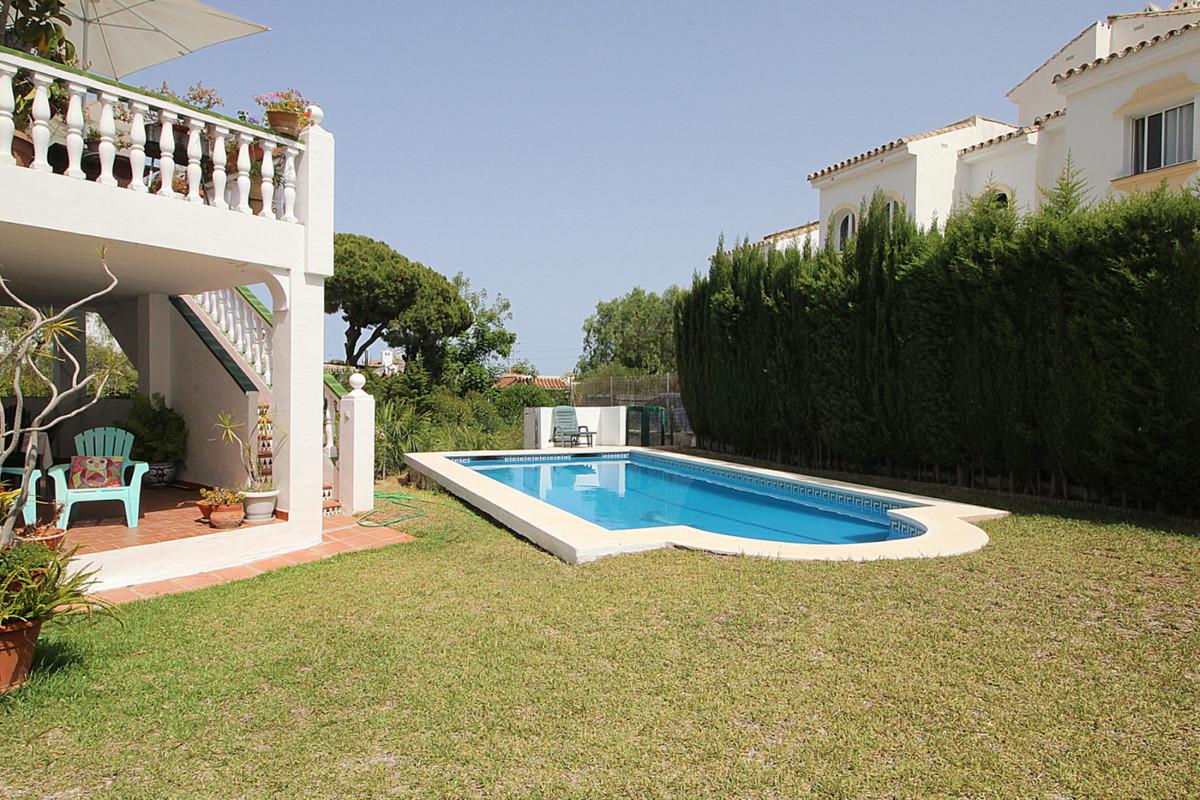 Villa en Venta en Calahonda – R3466147