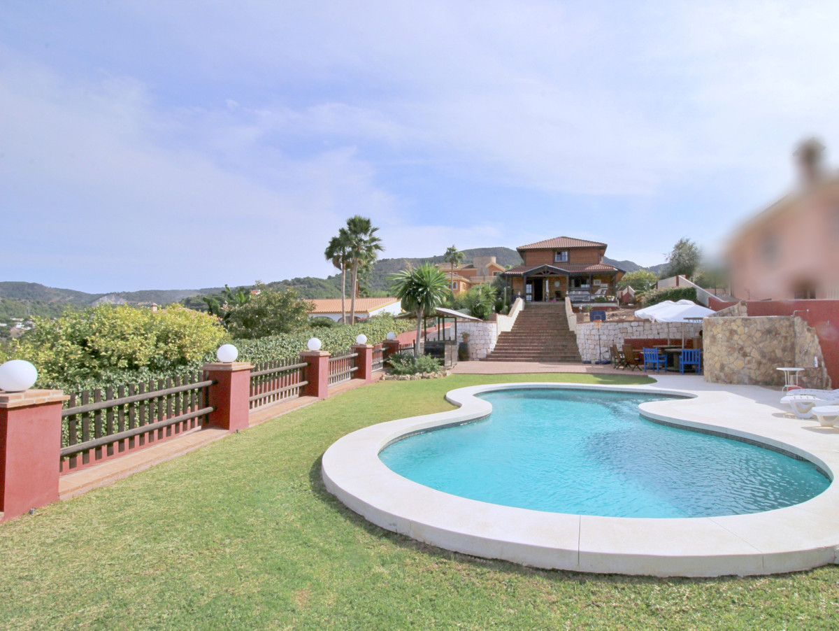What a beautiful view offers this beautiful villa built of high quality wood 175m2 which is oriented,Spain