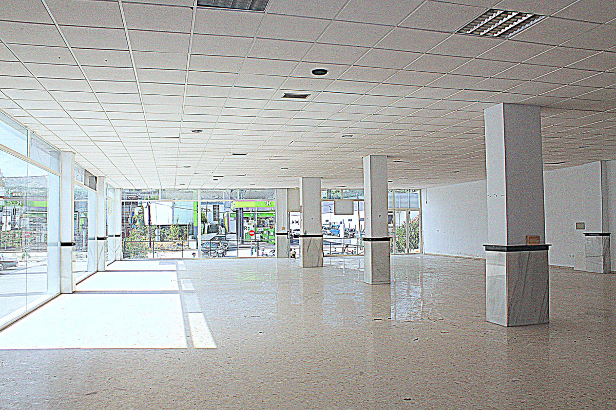In the best location of Coin is this commercial building with 1413 sqm spread over 3 floors, on the ,Spain