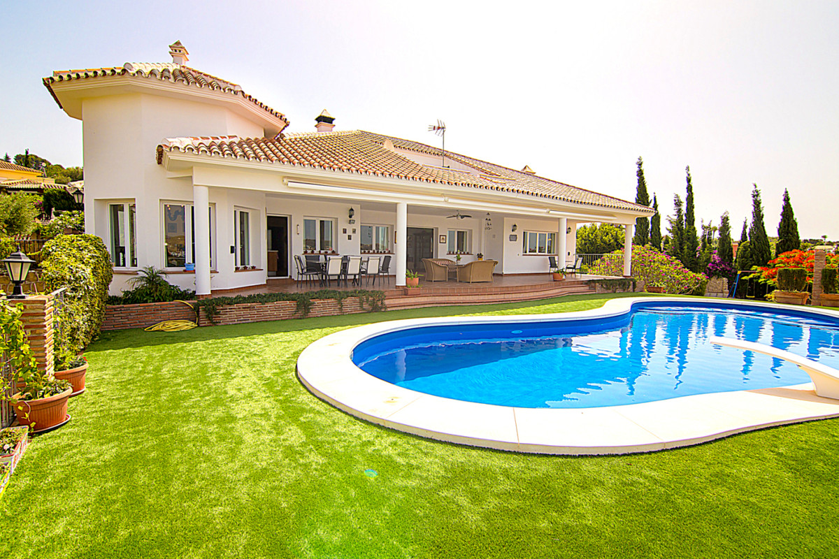 Wonderful independent villa in the exclusively residential urbanization La Sierrezuela close to the ,Spain