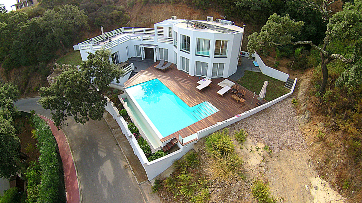 Modern villa in La Mairena of 330m2 build and close to one of the best German College with heated in,Spain