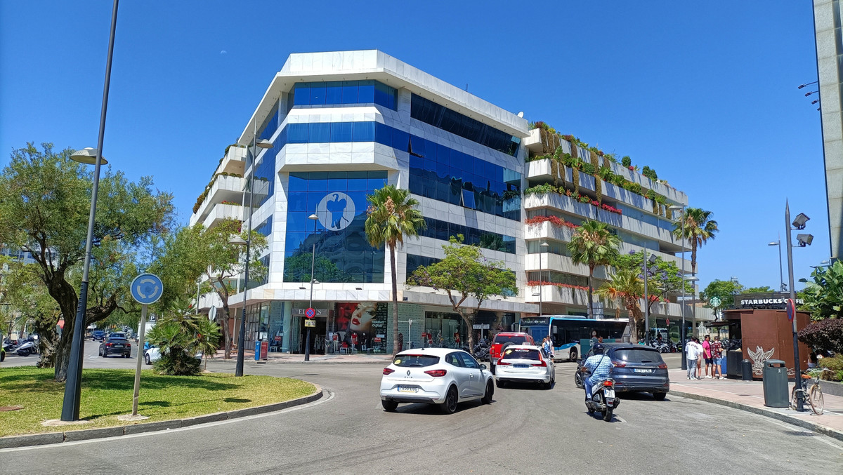 Great opportunity to aquire commercial space in a prime location! Tembo Banus is a modern office bui,Spain
