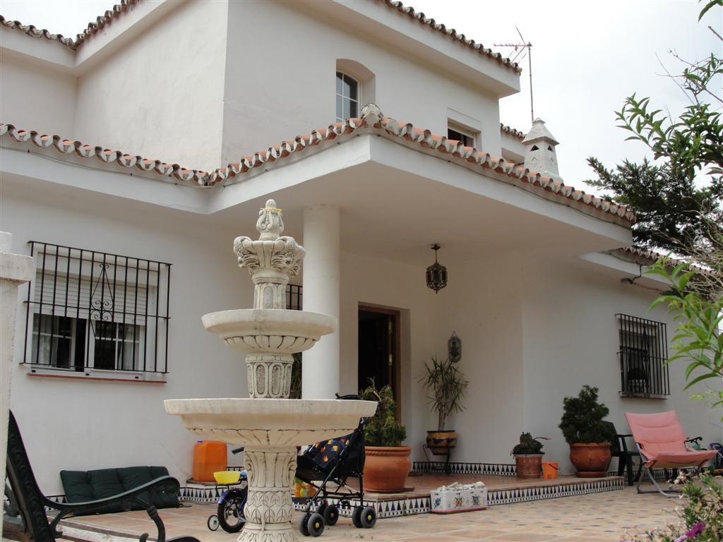 A well presented spacious private detatched villa located in a sought after urbanisation. The proper,Spain