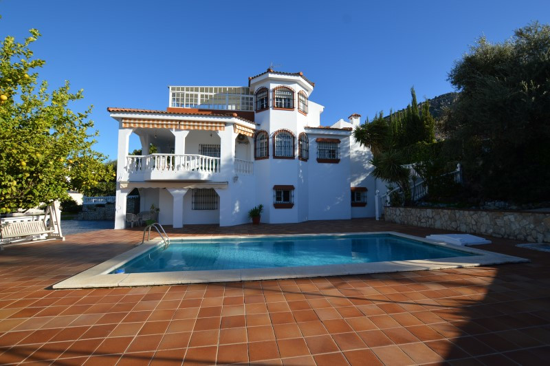 New to the market! A modern detached 5 bed Villa located in a sought after position close to town ce,Spain