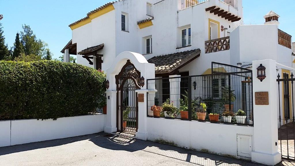 For sale:  Expectacular villa of 500 m2 built with a plot of 800m2 divided into basement, ground flo,Spain