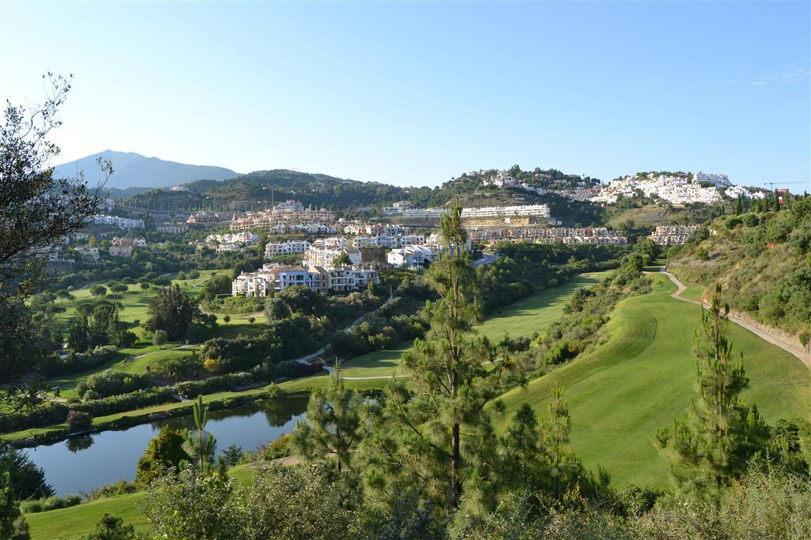 Beautiful apartment in the sought after area of Los Arqueros Golf Country Club set off the Ronda Roa, Spain