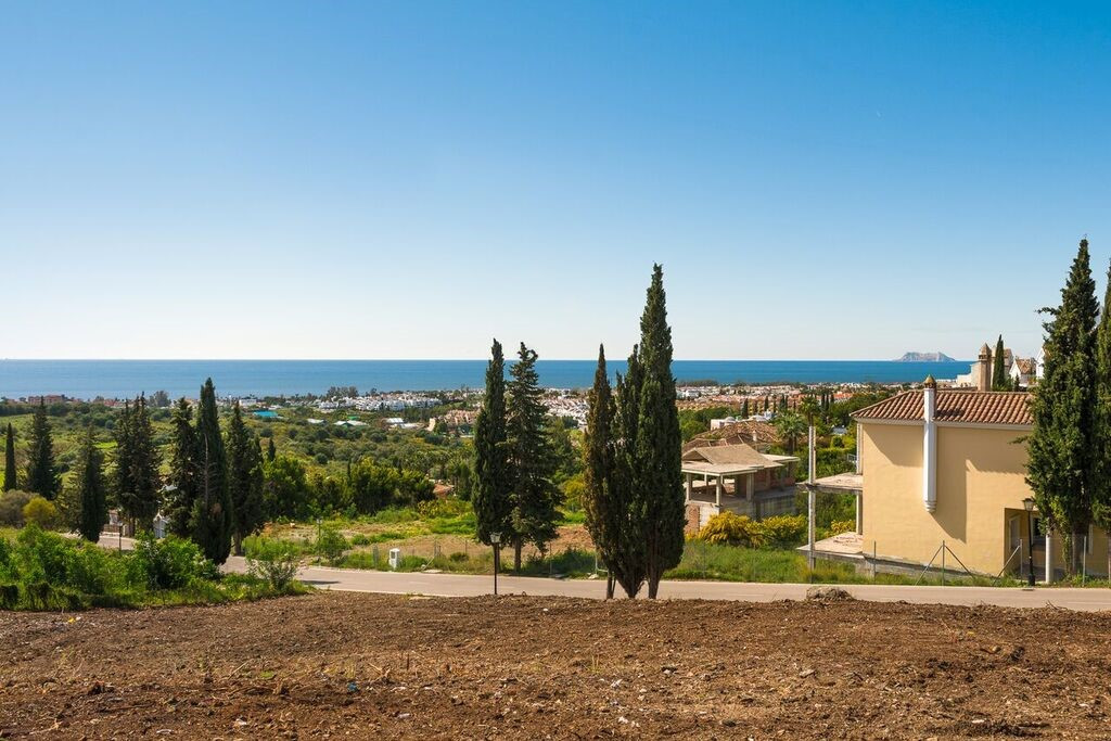 A stunning plot located in the prestigious area of El Paraiso Alto which is under the townhall of Be, Spain