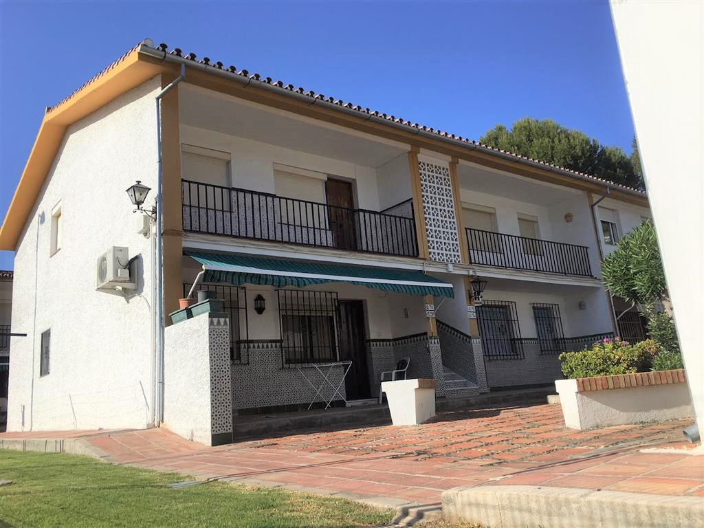 New on the market for sale is this well presented 2 bedroom apartment within walking distance to sho, Spain