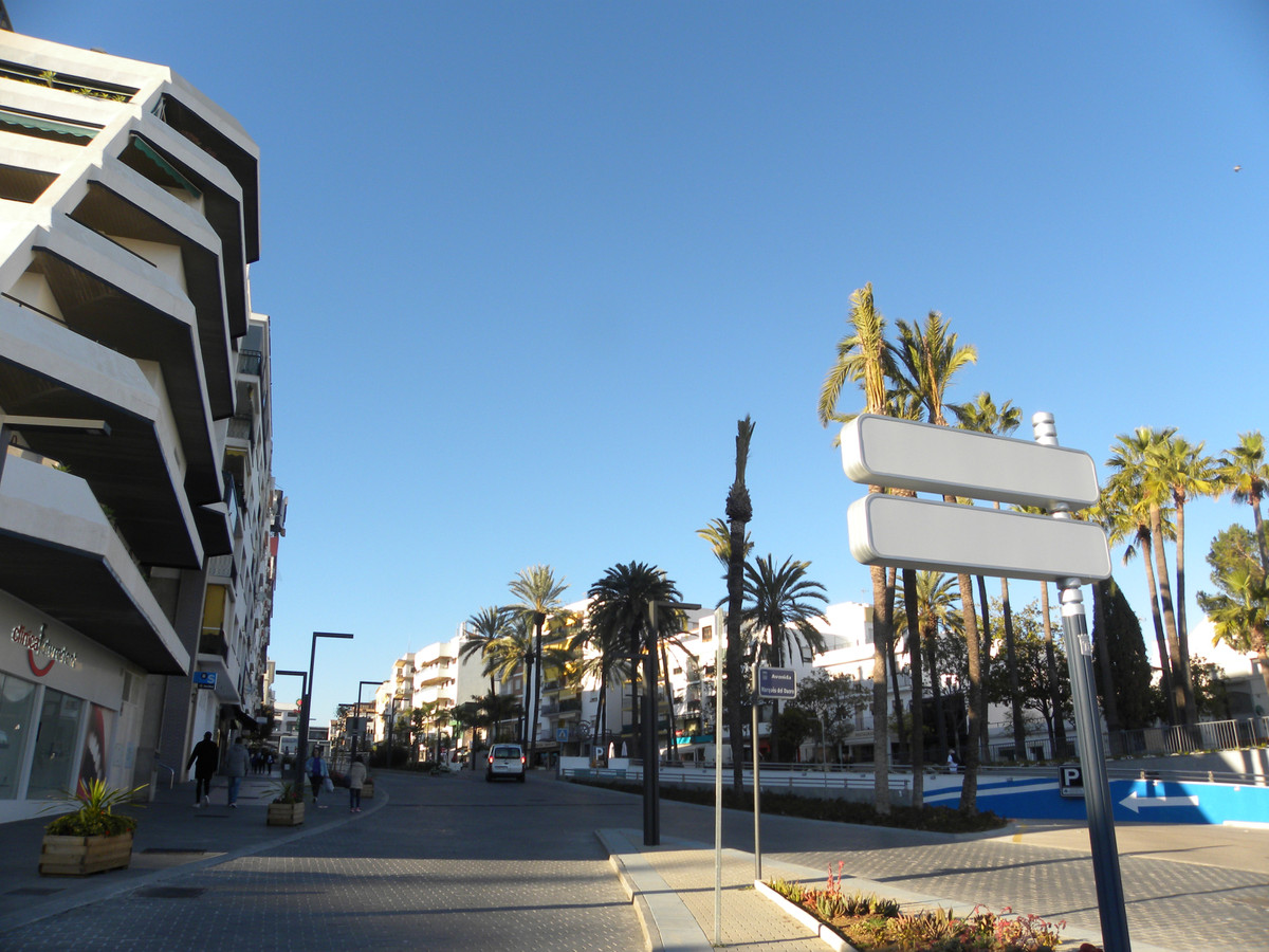 Right in the heart of the busy town of San Pedro just off the boulevard in a prime location. This lo, Spain