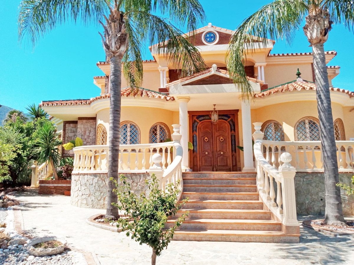 Beautiful big house in Alhaurin el Grande.  This beautiful house is located in a prestigious urbaniz, Spain