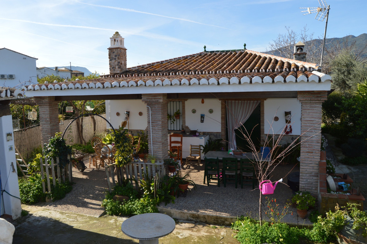 Nice house with lemon grove in Las Mellizas, Alora.  This nice house has a large covered terrace at ,Spain