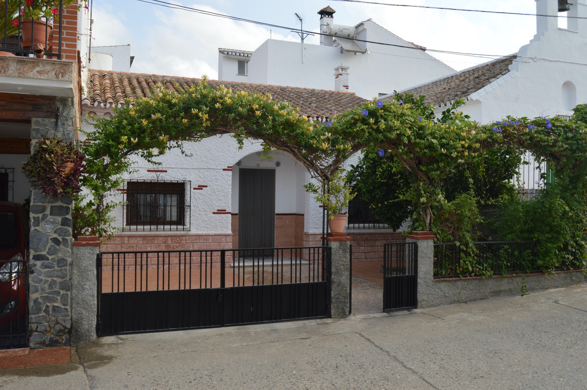 Nice town house in a small hamlet between the villages Alora and Pizarra.  This house has a nice fro, Spain