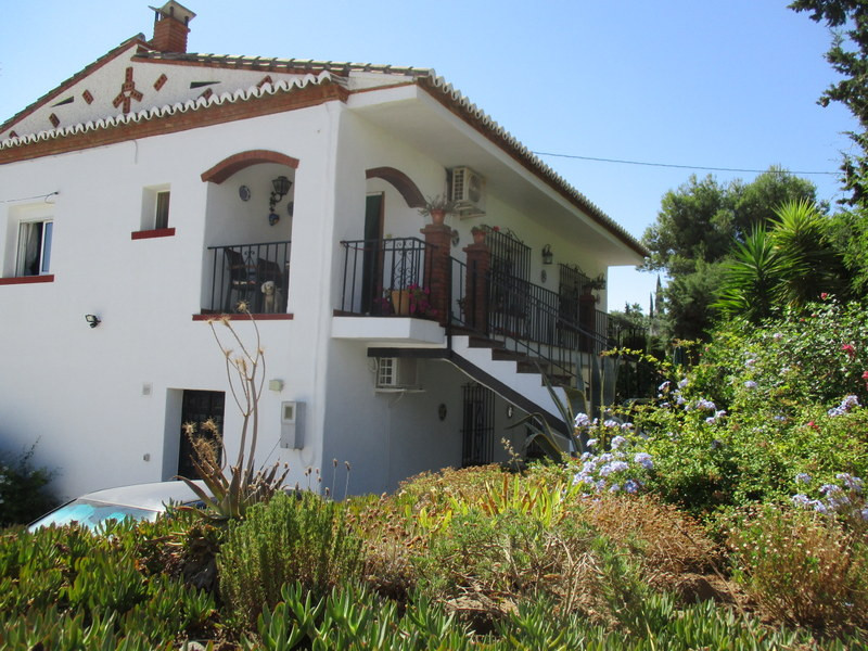 This very attractive large, 6 bedroom & 4 bathroom, village house has been operating successfull,Spain