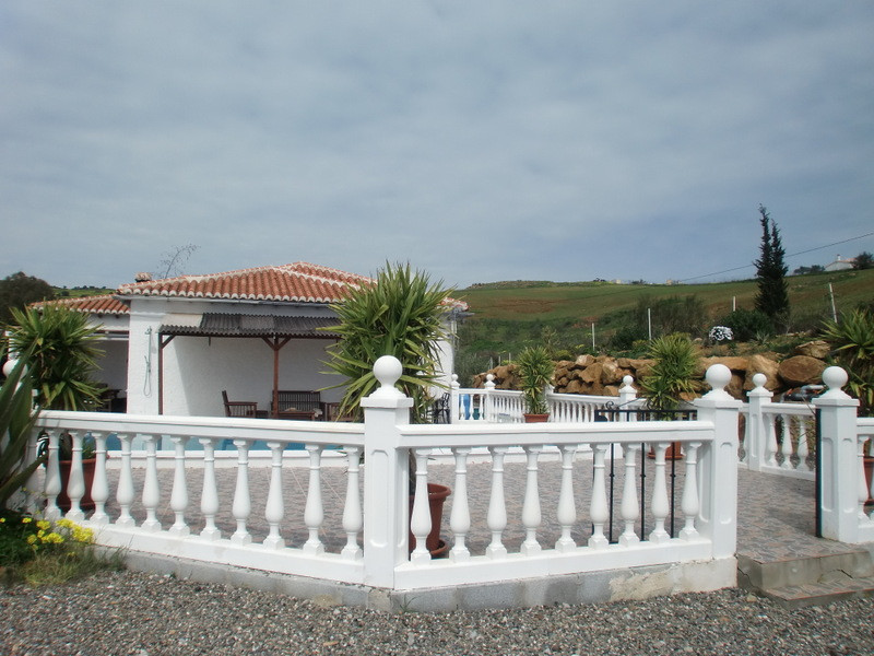 This attractively presented 3 bedrooms, 2 bathroom country villa extends to 117 m2 and is located wi, Spain
