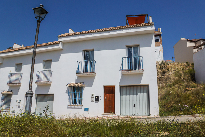 We are honoured to have been asked to market this bright, spacious, modern, 3 bedroom end terrace vi, Spain