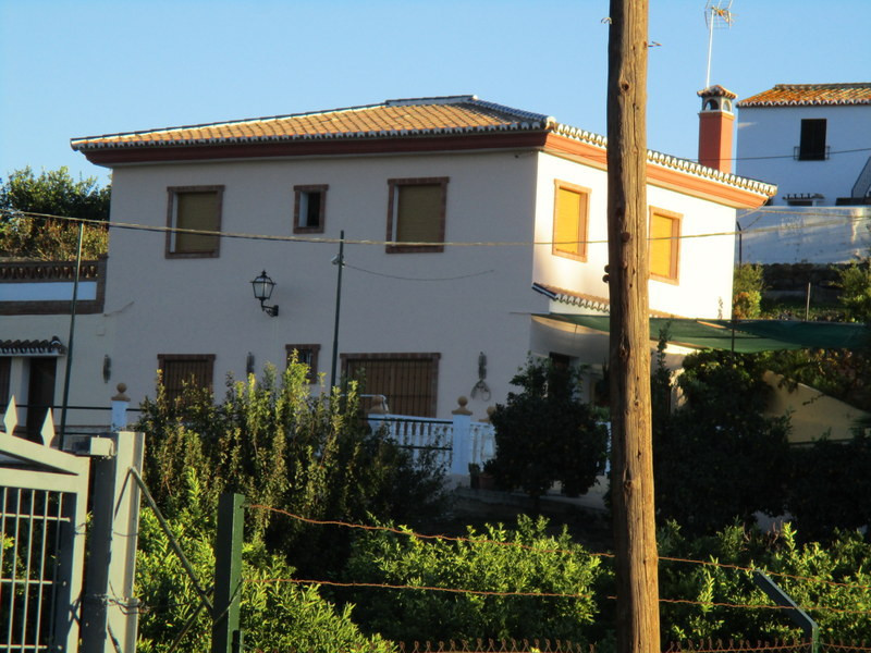 This quality built spacious country villa is located within a fully fenced 10.000 m2 citrus fruit gr, Spain