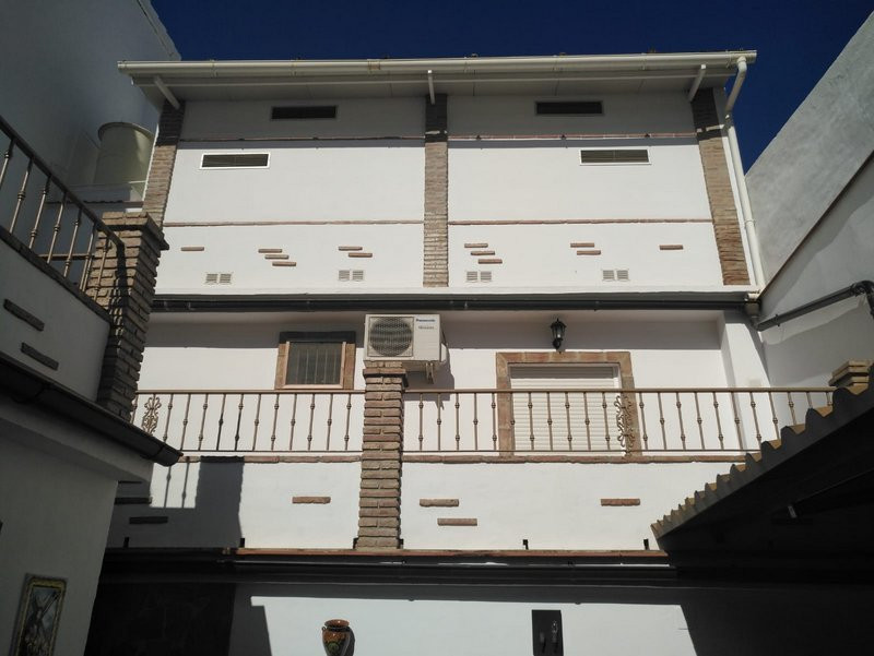 This immaculately presented, modern 5 bedroom, 2 bathroom townhouse is located in a quiet residentia, Spain