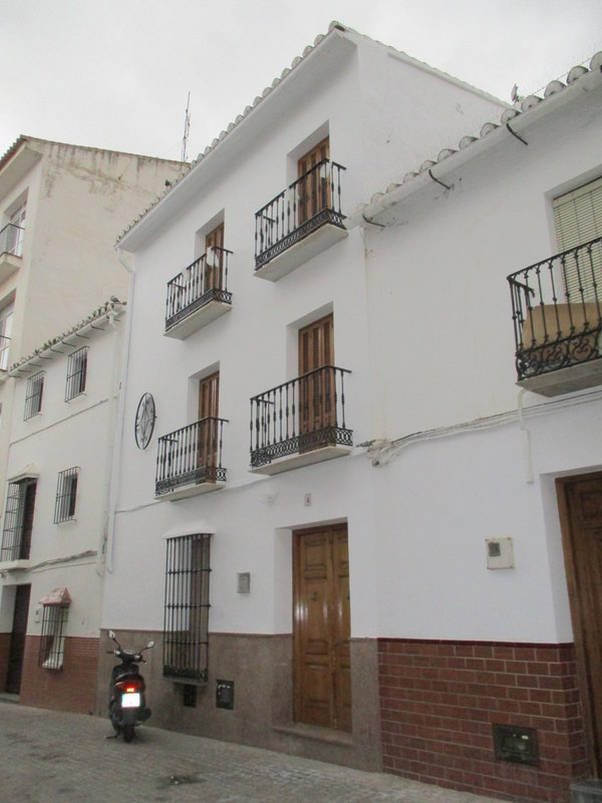 This substantial 152 m2, 4 bedroom village house enjoys an enviable position within a prestigious st,Spain