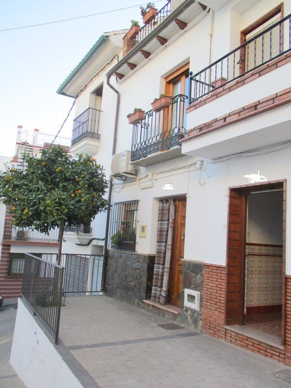 This is a splendid example of a tastefully refurbished traditional 4 bedroom, 3 bathroom village hou, Spain