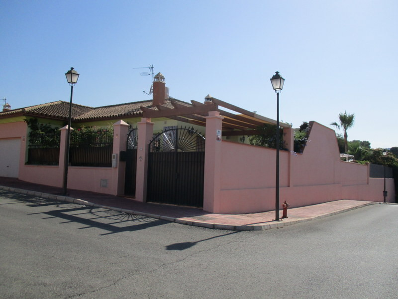This quality built 3 bedroom, 2 bathroom villa enjoys an enviable corner position in a quiet urbanis, Spain