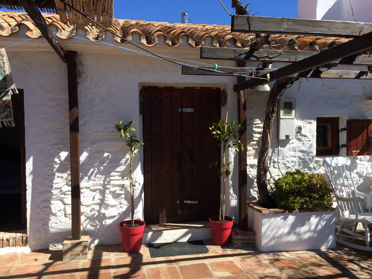 Beautiful restored style finca with large plot.  This finca is located on the territory of the Alora, Spain