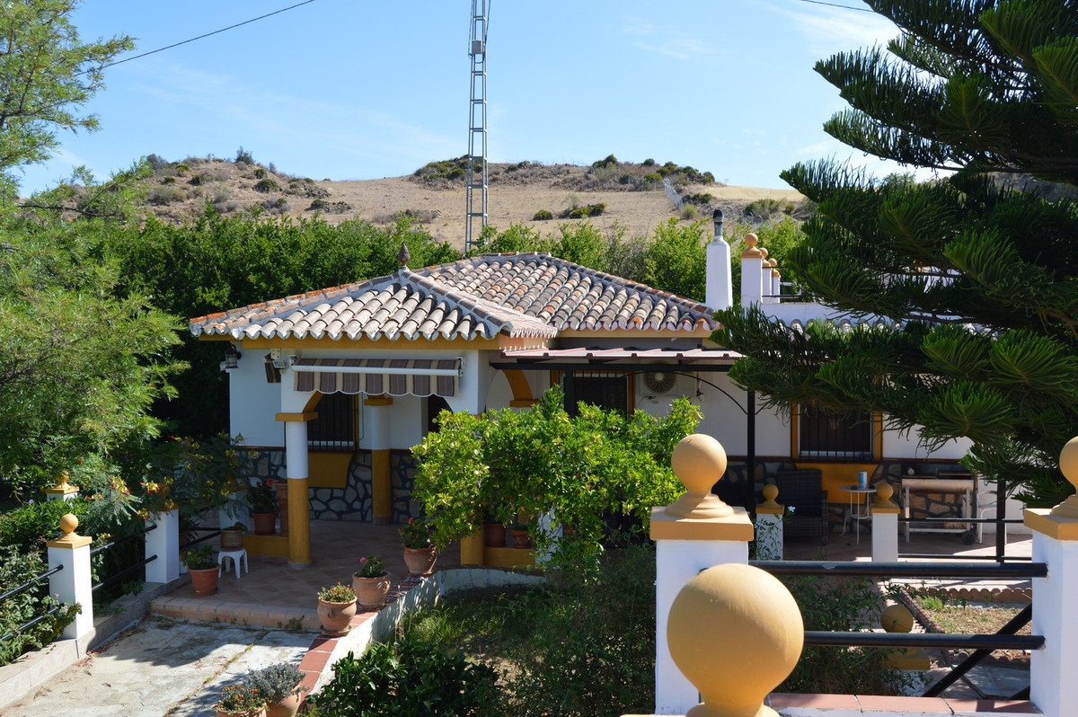 Nice house with separate casita on a quiet location near Alora.  Via a quiet asphalt road you arrive, Spain