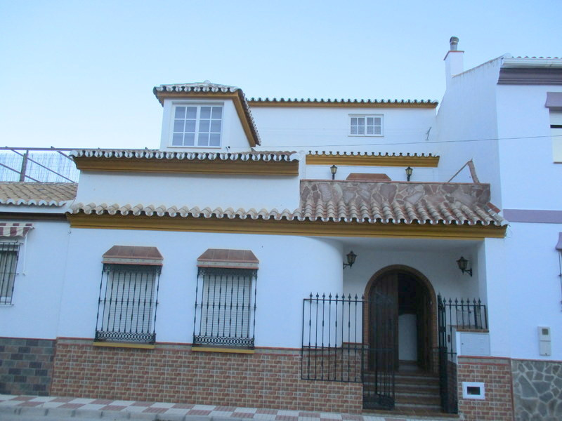 Attractive spacious town house located in a quiet residential street of Alora pueblo.  An attractive, Spain