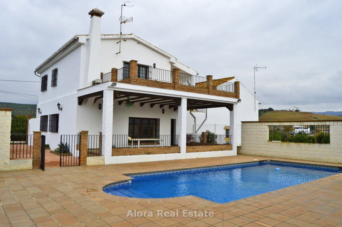 Finca with two annexed country houses in a very nice location close to the village of Alora.  The re,Spain