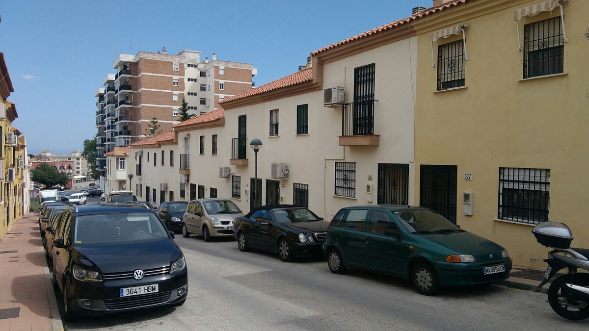 Property located in Torremolinos, Malaga. Bank repossession townhouse of 87m2 built. Consist of 3 bedrooms and 2 bathrooms. Communal pool. Parking is included in the price.