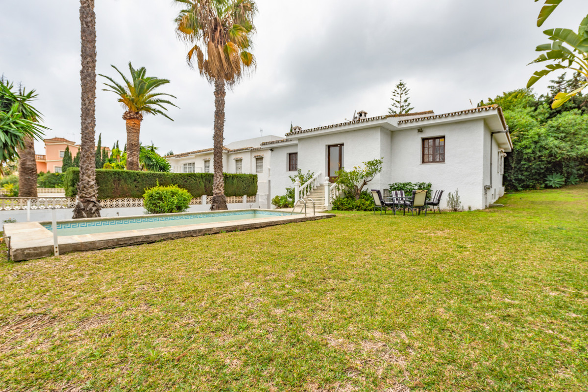 Lovely detached villa distributed over a single floor with a large 99m² basement, located in Urb Per,Spain