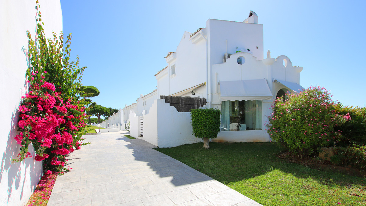 Fantastic Spanish Townhouse in excellent condition in a safe and quiet resort urbanization in East M, Spain