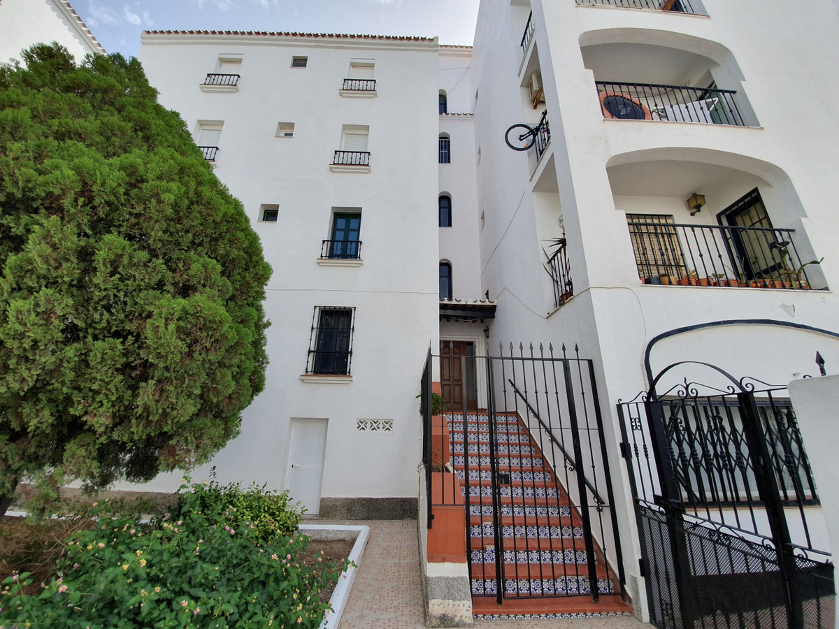 3 Bedroom Middle Floor Apartment For Sale San Luis de Sabinillas