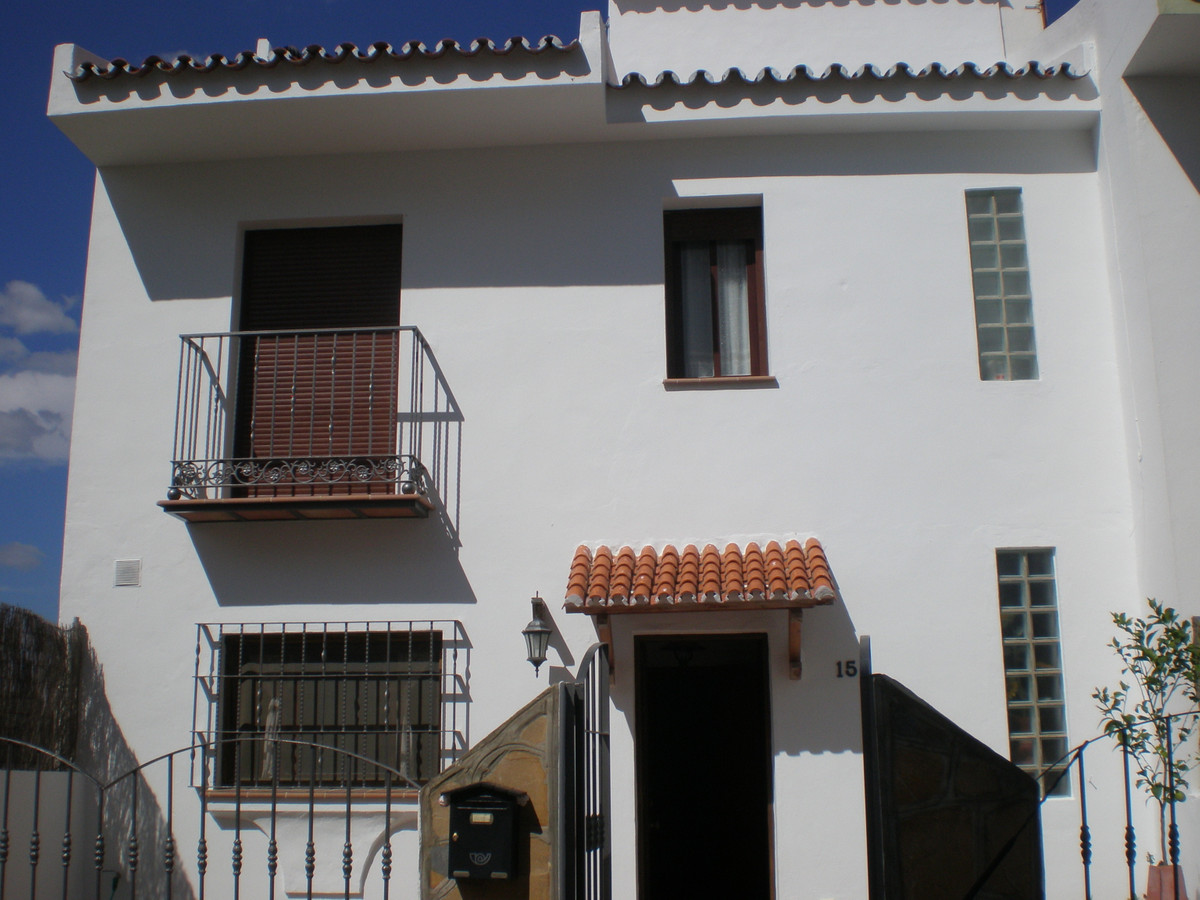 Large townhouse in Manilva ! Situated over 4 floors, downstairs 50M2 private garage, 2 bedrooms and , Spain