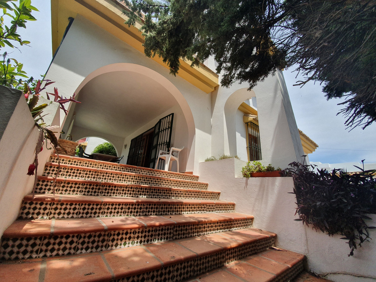 Fantastic four bed family home with high quality finishing, ready to move in.  Built modern 30 years, Spain