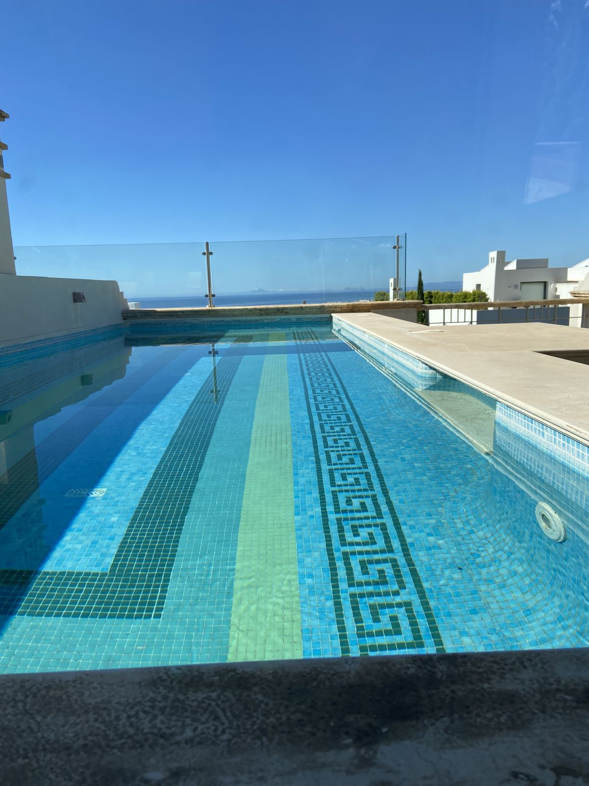A stunning south facing townhouse located in one of the most luxurious gated communities in Sierra B,Spain
