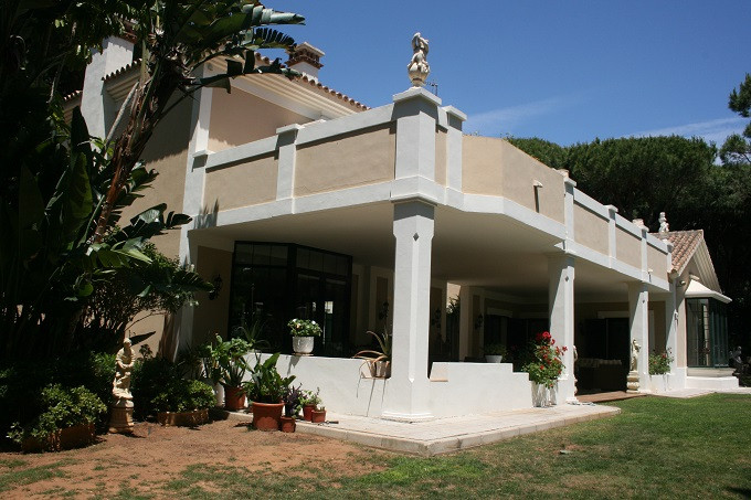 A very well maintained Mediterranean style villa from 2006  in a secure and prestigious area of Haci,Spain