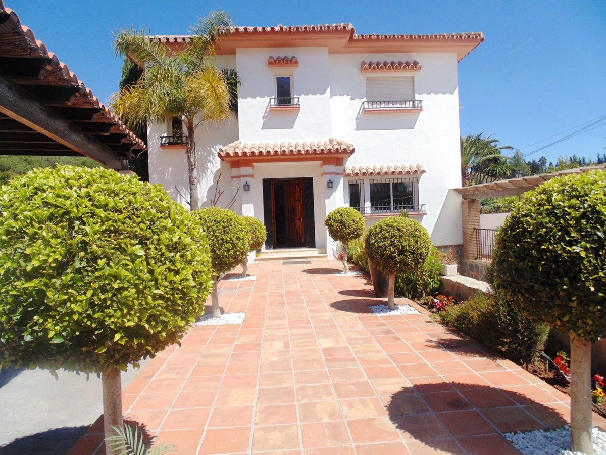 Villa  Detached for sale  and for rent  in Nueva Andalucía