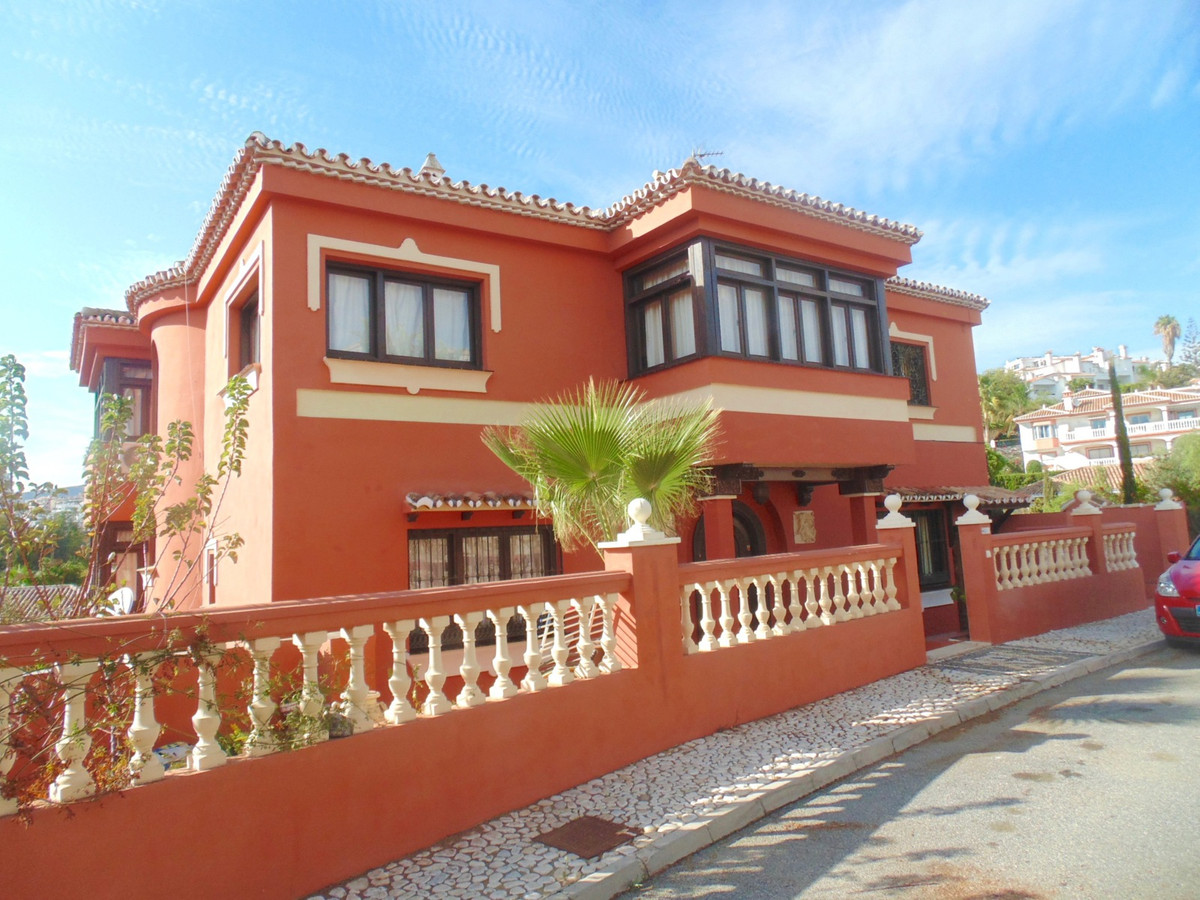 Imposing villa at less than 400 metres walk to the beautiful beaches, shops and restaurants, and les Spain