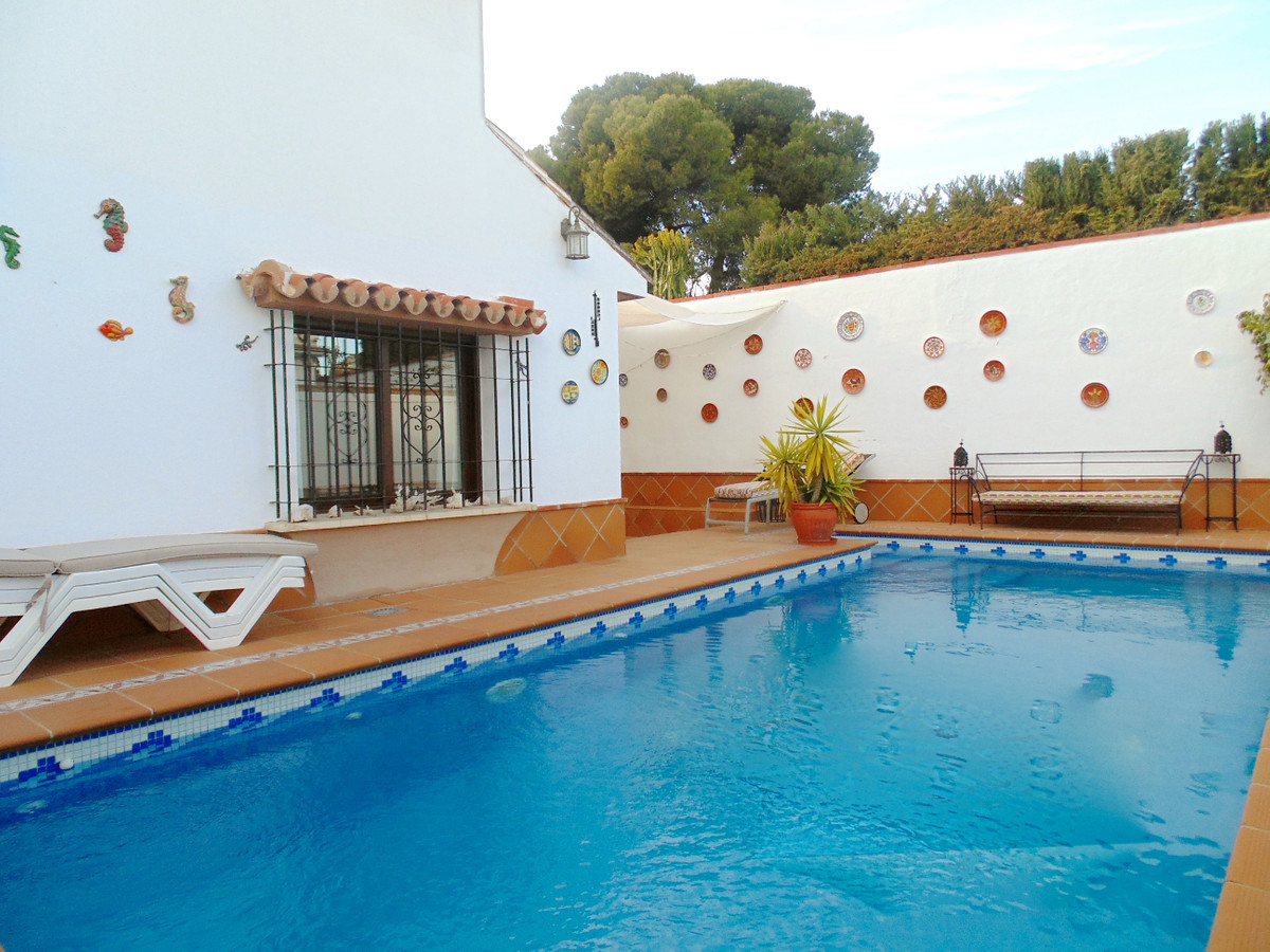 Top quality detached villa in immaculate condition enjoying a superb location in central Arroyo de l, Spain